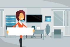 Tablero de With Empty White de la empresaria, mujer de negocios que se coloca en oficina Imagen de archivo libre de regalías