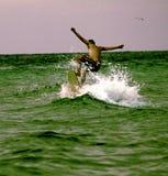 Tablero de golpeo de la persona que practica surf imagen de archivo