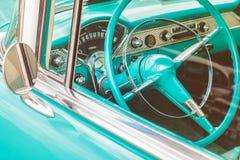 Tablero de instrumentos de un coche clásico foto de archivo
