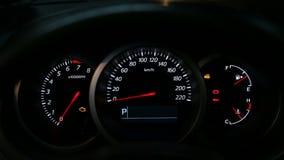 Tablero de instrumentos del coche durante el motor del comienzo