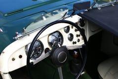 Tablero de instrumentos e interior del coche del cabriolé de la vendimia Imagen de archivo libre de regalías