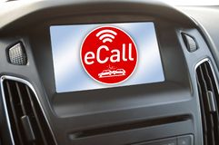 Tablero de instrumentos en un coche con e-llamada imágenes de archivo libres de regalías