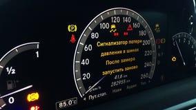 Tablero de instrumentos de un coche costoso almacen de video