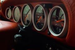 Tablero de instrumentos de un coche imagenes de archivo