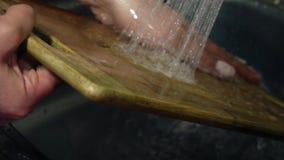 Tablero de la cocina limpiado con agua almacen de video