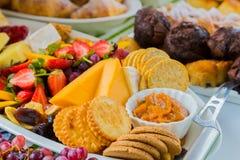 Tablero de la ensalada y del queso de fruta en el festival de primavera Imágenes de archivo libres de regalías