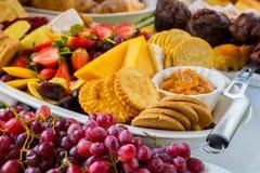 Tablero de la ensalada y del queso de fruta en el festival de primavera Imagen de archivo