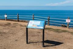 Tablero de la información en rastro del paisaje marino en el punto Vicente Interpretative Center Imagen de archivo