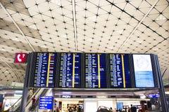 Tablero de la información de Hong Kong International Airport para el vuelo de control de la gente imagen de archivo libre de regalías