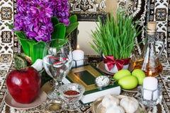 Tablero de la mesa con los elementos Mango-vistos para Nowruz fotos de archivo libres de regalías