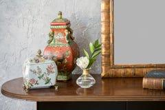 Tablero de la mesa de madera con las decoraciones Fotos de archivo libres de regalías