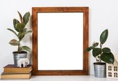 Tablero de la mesa diseñado, marco vacío, mofa de pintura del interior del cartel del arte Fotos de archivo