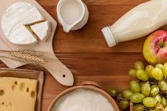 Tablero de la mesa rústico del estilo con las frutas y los productos lácteos Fotos de archivo