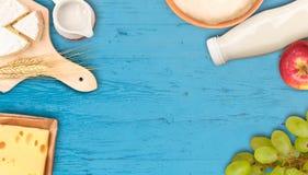 Tablero de la mesa rústico del estilo con las frutas y los productos lácteos Fotografía de archivo libre de regalías