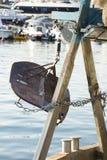 Tablero de la nutria en un barco mediterráneo del barco rastreador de la pesca imagenes de archivo