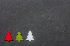Tablero de la pizarra con los árboles de navidad del fieltro Imagen de archivo