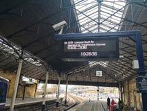 Tablero de la plataforma de la estación de tren que exhibe tiempos del tren Scarborough entrena a tati encendido, Reino Unido imagen de archivo