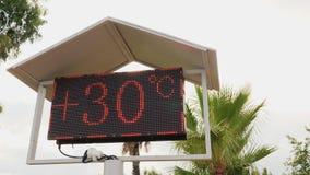 Tablero de la playa con las lecturas de temperatura del aire Resto cómodo almacen de metraje de vídeo