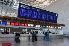 Tablero de la salida con los aeropuertos del destino Imagen de archivo libre de regalías