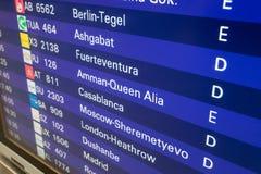 Tablero de la salida con los aeropuertos del destino Fotografía de archivo