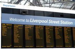 Tablero de la salida de la estación de la calle de Londres Liverpool el 17 de abril Imágenes de archivo libres de regalías