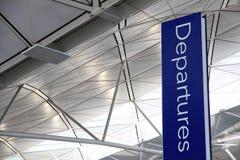 Tablero de la salida en aeropuerto imagenes de archivo