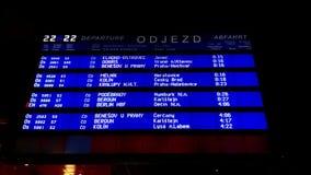 Tablero de la salida en la estación de tren de Praga almacen de metraje de vídeo