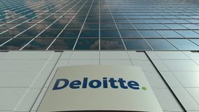 Tablero de la señalización con el logotipo de Deloitte Lapso de tiempo moderno de la fachada del edificio de oficinas Representac metrajes