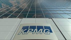 Tablero de la señalización con el logotipo de KPMG Lapso de tiempo moderno de la fachada del edificio de oficinas Representación  almacen de video