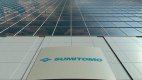 Tablero de la señalización con el logotipo de Sumitomo Corporation Lapso de tiempo moderno de la fachada del edificio de oficinas almacen de metraje de vídeo