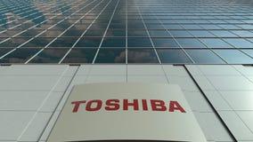 Tablero de la señalización con el logotipo de Toshiba Corporation Lapso de tiempo moderno de la fachada del edificio de oficinas  almacen de video