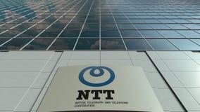 Tablero de la señalización con Nipón Telegraph y logotipo del NTT de Telephone Corporation Fachada moderna del edificio de oficin Imagen de archivo
