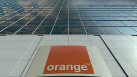 Tablero de la señalización con S anaranjado A LOGOTIPO Fachada moderna del edificio de oficinas Representación editorial 3D Imagen de archivo
