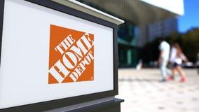 Tablero de la señalización de la calle con el logotipo de Home Depot Centro borroso de la oficina y fondo de la gente que camina  Foto de archivo libre de regalías