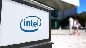 Tablero de la señalización de la calle con el logotipo de Intel Corporation Centro borroso de la oficina y fondo de la gente que  stock de ilustración