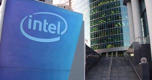 Tablero de la señalización de la calle con el logotipo de Intel Corporation Rascacielos del centro de la oficina y fondo modernos ilustración del vector