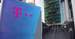Tablero de la señalización de la calle con el logotipo de T-Mobile Rascacielos del centro de la oficina y fondo modernos de las e Fotos de archivo