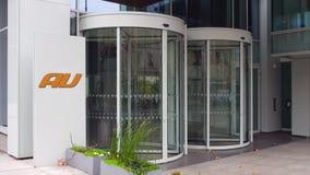 Tablero de la señalización de la calle con el logotipo móvil de la compañía telefónica del au Edificio de oficinas moderno Repres Foto de archivo