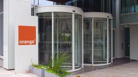 Tablero de la señalización de la calle con S anaranjado A LOGOTIPO Edificio de oficinas moderno Representación editorial 3D Fotos de archivo libres de regalías