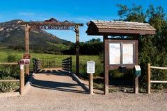 Tablero de la señalización y de la información en la entrada al rastro de Iron Mountain Fotografía de archivo