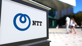 Tablero de la señalización de la calle con Nipón Telegraph y logotipo del NTT de Telephone Corporation Imagenes de archivo