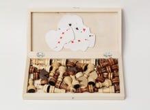 Tablero de madera abierto del ajedrez con los carros del juego dentro, Foto de archivo libre de regalías