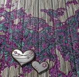 Tablero de madera adornado con los corazones metálicos libre illustration