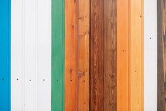 Tablero de madera coloreado con el fondo de la textura de los tornillos fotografía de archivo