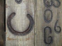 Tablero de madera con la herradura calificada Foto de archivo libre de regalías