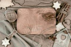 Tablero de madera con las decoraciones del invierno alrededor, espacio del texto Fotografía de archivo