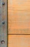 Tablero de madera con una raya de acero imagen de archivo libre de regalías