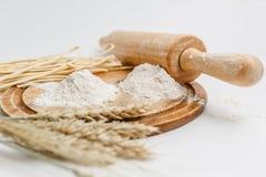 Tablero de madera de centeno de la harina entera blanca de la harina Fotografía de archivo
