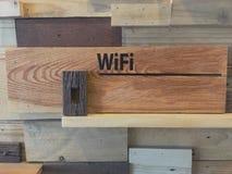 Tablero de madera de Wifi Fotos de archivo libres de regalías