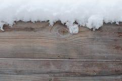 Tablero de madera debajo de la nieve Fotos de archivo libres de regalías